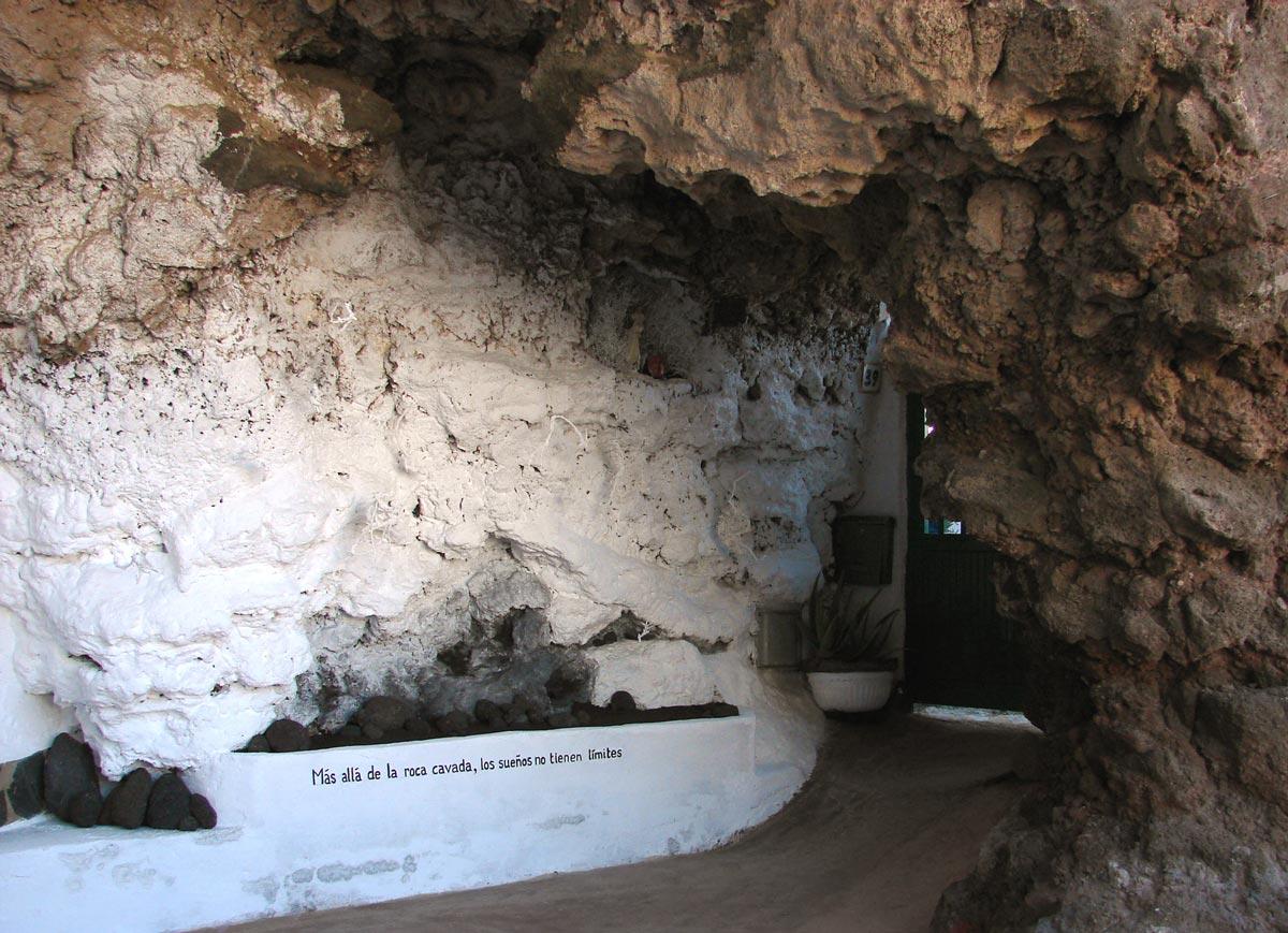 Más allá de la roca cavada
